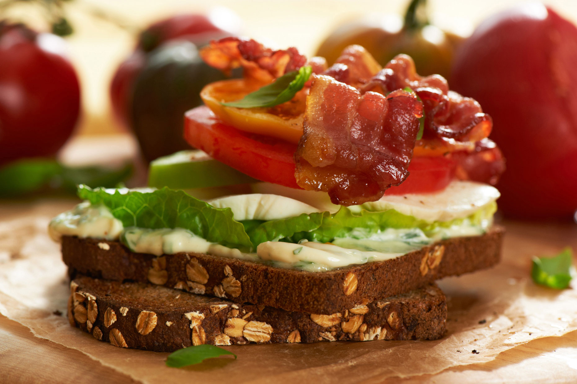 44-HellmannsTripple_Tomato_Cheese_Sandwich_Bacon_close_0064